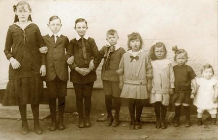 De kinderen Pousset, 1919. vierde van rechts is Mia (particuliere collectie)
